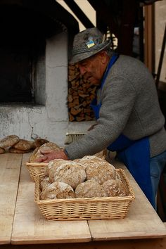 Italy: pane appena sfornato (bread that's just come out of the oven) Croissants, Our Daily Bread, Toscana, Prosciutto, Italian Style, People Around The World, Sicily, Street Food, Wine Recipes