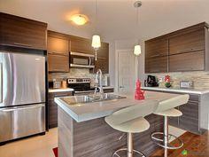 Magnifique cottage moderne, clé en main, construit en 2011 d'une superficie de 1550 pieds carrés,...