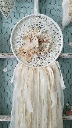 Prairie romantique Ce capteur de rêve magnifique est ma version shabby chic, mais en lambeaux et déchiré pour charme vintage plus romantique ! Tout a été à la main cousues ensemble pièce par pièce, couche après couche vers le bas à chaque petit bouton, amoureusement cousu avec de la ficelle vintage crème. Il commence avec un cerceau de bois vintage qui est enveloppé d'un tissu blanc en lambeaux, puis un belle grande crémeux blanc vintage napperon au crochet est cousu à l'arrière de…