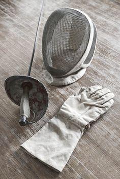 Antiguo equipo de esgrima Frances, consta de espada florin o florete, con guante y mascara.Longitud florin: 105cmRef. 140178