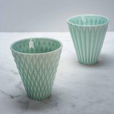 Un très joli objet en céramique que l'on peut utiliser comme un mug, un vase ou un pot à crayons.On aime : sa forme originale et sa très jolie couleur.Deux modèles : un rayé et un à petits losanges.