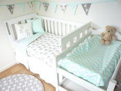 Grey and mint giraffe nursery set por MamaAndCub en Etsy