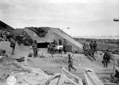 Le débarquement de Normandie en images  Le danger des bunkers allemands Ces places fortes qui abritent l'artillerie côtière et des mitrailleuses allemandes coûteront très cher en vies humaines. Ici, des soldats américains autour d'un bunker capturé sur Omaha Beach.