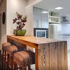 29 Inspirations of Half Wall Decoration – Living Room Cozy Kitchen Cabinets Decor, Cabinet Decor, Kitchen Dining, Reclaimed Wood Kitchen, Bar Seating, Cuisines Design, Cozy Living Rooms, Dining Area, Home Kitchens