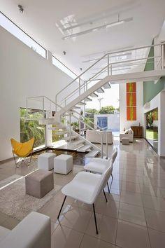 Casa Acapulco es una moderna residencia privada de dos plantas, situada en Guarujá, Brasil y diseñada por FCstudio. La imponente residencia...
