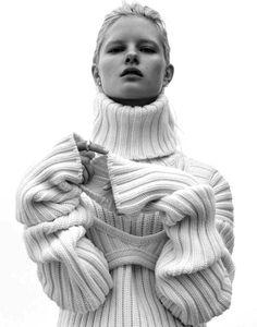 White Simplicity - roll neck sweater, contemporary knitwear // Ph. Nicolas Valois