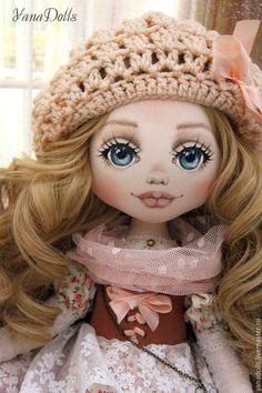 Купить или заказать Rosanna в интернет-магазине на Ярмарке Мастеров. Текстильная кукла, рост 6 см. Сшита из трикотажа. Голова наклоняется, руки гнутся, волосы можно расчесывать. Одежда сшита из батиста , хлопка и кружева. Корсет и сапожки -натуральная кожа. Кукла стоит с помощью подставки, сидит с опорой. Берет связан вручную.