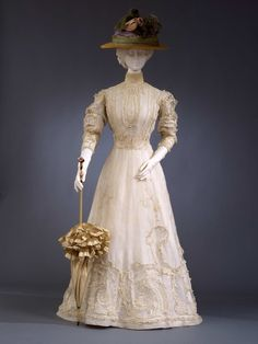 1903-1905 - Day dress - Cotton muslin with cotton embroidery, mother-of-pearl buttons, Brussels tulle, chemical lace, Leavers lace, tulle