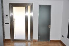 Puerta en cristal templado y herrajes en acero inoxidable. Tenerife