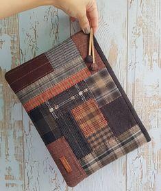 """Instagram의 손바느질하는 엄마 (kkom)님: """"#비오는 날 #클러치백 이미 일어난 안좋은 일들은 하나하나 수습하면 된다. 짜증을 줄이고 , 뾰족해지지 않도록 노력해야겠다."""" Diy Bags Patterns, Purse Patterns, Quilted Gifts, Quilted Bag, Patchwork Bags, Fabric Bags, Small Quilts, Zipper Bags, Handmade Bags"""