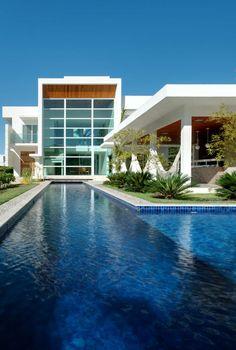 une jolie maison de luxe avec piscine d'extérieur