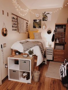 Need some dorm inspiration for next semester? Well, you'll absolutely LOVE these dorm room ideas for girls! These dorm ideas are perfect for any girly girl who wants her college dorm room to feel like home. Cute Dorm Rooms, College Dorm Rooms, Cozy Dorm Room, Uni Room, Dorm Room Beds, Girl Dorm Rooms, College Apartments, Dorm Room Bedding, Ucf Dorm