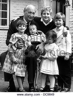The grandson of the last German emperor Wilhelm II. and head of the Hohenzollern, Prince Louis Ferdinand of Prussia, with his grandchildren (l-r) Cornelie-Cecilie, Joachim Albrecht (on the lap), Viktoria Luise, Georg Friedrich Ferdinand (up) and Friedrich Wilhelm. Picture taken on the occasion of his 77th birthday on the 9th of November in 1984. - Stock Image