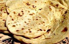 Chappatis -450g de farine de blé -300ml d'eau Mettre la farine dans un bol. Ajouter l'eau peu à peu et pétrir avec les mains pendant 10 minutes. Lorsque la pâte est moelleuse la laisser reposer, recouverte d'un linge humide, pendant 1/2h ou 1heure. Repétrir... Recipes With Naan Bread, Pie Crust Recipes, Grandma Pie, Naan Recipe, Dinner Themes, Original Recipe, Food Dishes, Super Easy, Pastries