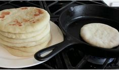 Some aromas were lodged in our memory indelible and one of them is the aroma of bread. Making homemade bread may seem difficult, but this pita br. Pan Bread, Pan Fried Bread, Skillet Bread, Bread Baking, Baking Soda, Bread Rolls, Sin Gluten, Food Preparation, Food Hacks