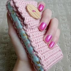 Here's a chic and stylish way to protect your cell phone.  Make your own cell phone cozy with my free crochet tutorial!