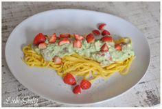 Pasta with strawberry-guacamole - a delicious combination you should try! ----- Nudeln mit Erdbeer-Guacamole - eine verrückt-leckere Kombination!