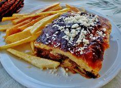 La cocina griega es uno de los grandes exponentes de la dieta mediterránea: vegetales, pasta, pan, aceite de oliva...Destaca la sencillez en su elaboración y el empleo de productos frescos, obtenidos de sus cosechas y ganaderías y del mar.
