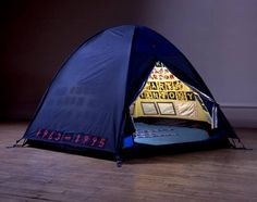 In 1995 British artist Tracey Emin made a tent with the names of everyone she'd ever slept with. But her tent was lost in a fire in Here it's reconstructed in the Gallery of Lost Art. Tracey Emin Bed, Hayward Gallery, Instalation Art, Pop Art, Tate Gallery, Saatchi Gallery, Artwork Images, Louise Bourgeois, Lucian Freud