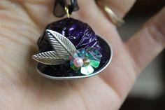 """Ce collier est réalisé avec une capsule nespresso façonnée comme un petit """"chapeau"""" décoré de perles et feuilles métallisées. Le pendentif est monté sur un tour de cou en  - 12007267"""
