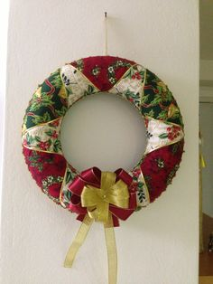 Vianočný patchworkový venček / christmas patchwork wreath Christmas Balls, Christmas Home, Christmas Wreaths, Christmas Crafts, Christmas Decorations, Xmas, Christmas Ornaments, Holiday Decor, Fabric Ornaments