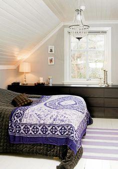 To brunsvarte kommoder er satt ved siden av hverandre under vinduet, og strekker seg nesten fra vegg til vegg. Den fungerer også som nattbord. Taket er malt i fargen Vhi helblank fra Jotun. Taklampen er fra Åhléns. På veggen henger bilder fra reiser som eierne har gjort sammen. Dream Bedroom, Home Bedroom, Girls Bedroom, Master Bedroom, Blue Bedspread, Interior Styling, Interior Design, Upstairs Bedroom, Bed Spreads