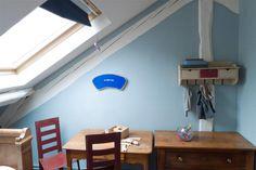 De la couleur et un mobilier décalé dans cette maison d'artiste. Teintes : Verglas, peinture : Idrotop.