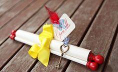 Gorgeous Snow White inspired invitations with feathers! http://www.quinceanera.com/es/invitaciones/invitaciones-de-quinceanera-emplumadas/?utm_source=pinterest&utm_medium=article-es&utm_campaign=120414-invitaciones-de-emplumadas