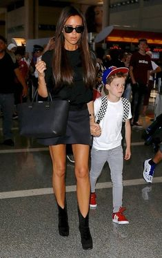 Victoria Beckham Photos Photos - The Beckham Family Departing On A Flight At LAX - Zimbio Victoria And David, David And Victoria Beckham, David Beckham, Victoria Beckham Outfits, Victoria Beckham Style, Classy Outfits, Cute Outfits, The Beckham Family, Look 2018