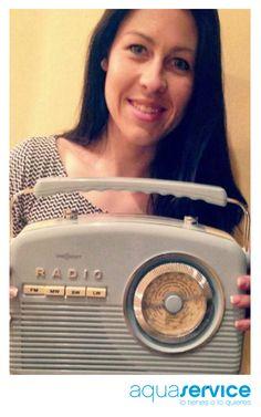 ¡Nos encanta comprobar las sonrisas que provocan los regalos Aquaservice! Mireia, que ganó una de nuestras radios vintage, nos envía esta divertida foto.