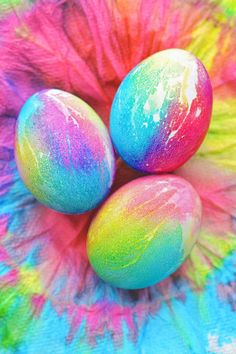 Make GORGEOUS Easter eggs this year with these amazing Easter egg decorating ideas! 33 creative ways to decorate Easter eggs. Tie Dyed Easter Eggs, Cool Easter Eggs, Easter Egg Crafts, Hoppy Easter, Diy Tie Dye Eggs, Making Easter Eggs, Easter Egg Designs, Easter Ideas, Diy Ostern