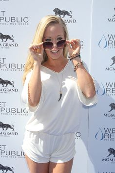 Kendra Wilkinson hosts pool party