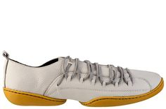 Explorando a ideia de que tênis pode ser super moderno, a Almira inovou nos detalhes das costuras, recortes e no solado flexível em borracha colorida. Os cadarços em elásticos moldam o calçado aos pés. Ideal para dias em que a rotina exige longas caminhas.