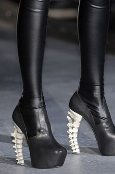 Alexander McQueen Spring Shoes--Look like horse shoes, ugly! Grunge Goth, Hipster Grunge, Grunge Style, Nu Goth, Soft Grunge, Stilettos, High Heels, High Boots, Crazy Shoes