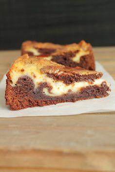 Tuli idea tehdä mutakakkua ja yhdistää siihen tuorejuustoa. Juustokakkubrowniesit on niin hyviä, niin ajattelin, että tämäkin voisi toimia. ... Sweet Desserts, Vegan Desserts, Biscuits, Sweet Pie, Pastry Cake, Desert Recipes, Cheesecake Recipes, Chocolate, I Love Food