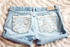 DIY Lace Pocket Shorts- this looks so easy to do with an old pair of jeans or some from the thrift shop! Diy Lace Jeans, Sewing Alterations, Diy Shorts, Shorts With Pockets, Pocket Shorts, Make Your Own Clothes, Diy Clothing, Refashion, Diy Fashion