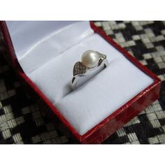 18k golden ring with pearl and diamonds