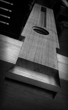 The Roubo Joint - a dovetailed through-tenon Woodworking Joints, Woodworking Techniques, Woodworking Bench, Woodworking Shop, Woodworking Projects, Japanese Joinery, Joinery Details, Wood Joints, Wood Detail