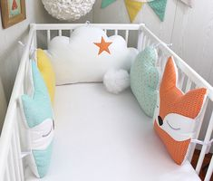 60 cm wide baby bed tower, 5 fox and cloud cushions, green water, . Baby Crib Bumpers, Baby Cribs, Cloud Cushion, Baby Zimmer, Diy Bebe, Baby Room Design, Baby Sewing Projects, Tatty Teddy, Sewing Pillows