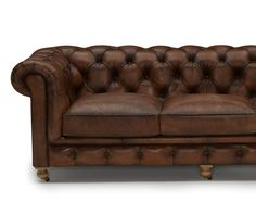 Bring home maximum sophistication with the timeless look of this Chesterfield sofa with deep button tufting and oversized rolled arms. Pallet Ceiling, Pallet Wall Shelves, Diy Pallet Sofa, Diy Pallet Projects, Pallet Bar, Pallet Ideas, Pallet Dining Table, Diy Outdoor Table, Living Furniture