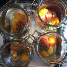 Start med lag af tomater og krydderurter