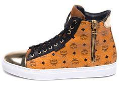 MCM Sneaker für Herren faszinieren mit einerperfekten Symbiose. Denn in den Schuh-Kollektionen harmonieren klassische Handwerkskunst und modernes Design. Bei der Marke erinnern wir uns gleich an k...
