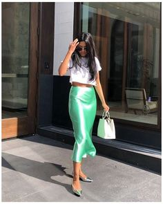 Satin Midi Skirt, Silk Skirt, Midi Skirt Outfit, Skirt Outfits, Street Style Trends, Street Styles, Mode Simple, Estilo Fashion, Looks Chic