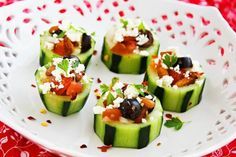 Mediterranean Cucumber Cups: These little cuties stuffed with a Greek-salad style mixture make for a very tasty party treat and a healthy spin on traditional finger foods. SO TASTY Bridal Shower Appetizers, Appetizers For Party, Appetizer Recipes, Appetizer Ideas, Bridal Showers, Canapes Recipes, Cucumber Cups, Cucumber Bites, Cucumber Appetizers
