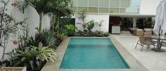 Palmeiras dividem espaço com outras espécies nos canteiros próximos à piscina Foto: Divulgação