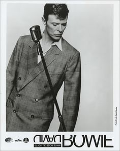 David Bowie by classic microphone singer rock star vintage music phtoo Black Tie White Noise, Images Of David Bowie, Kevin Davies, The Thin White Duke, Ziggy Stardust, Vintage Music, Photo Black, Twiggy, David Jones