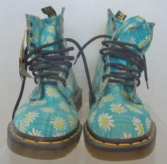 Doc Martens have been in style for almost 60 years, discover what made them so popular. We also discuss how to wear them in style! Sock Shoes, Cute Shoes, Me Too Shoes, Shoe Boots, Shoe Bag, Galaxy Converse, Style Grunge, Soft Grunge, Grunge Outfits