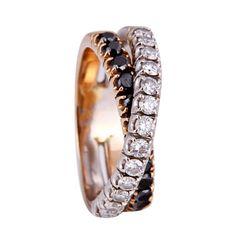 Doble media alianza superpuesta, estilo Damiani años 80. Una de ellas en oro blanco de 18 kts, con diamantes talla brillante ca. 0,65 cts de peso total. La otra en oro amarillo 18 kts y zafiros talla redonda ca. 0,70 cts de peso total.
