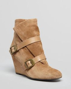 wedge boots/ bootie (Nah, we won't call it a new name and term it wedgie). Wedge is a pretty common one across footwear however lately it has been an up-and-go across longboots. Sprawled across buckle, zip, button and open, they come in various shapes and extensions.