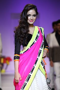 Shazahn Padamsee walked the ramp for designer Archana Kochhar at Lakme Fashion Week. Indian Attire, Indian Wear, Indian Outfits, Indian Clothes, Indian Style, Saree With Belt, Saree Belt, Pakistani Wedding Outfits, Bridal Outfits